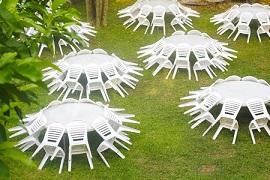 כסאות ושולחנות המיועדים להשכרה